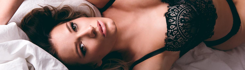 erotische Pose im Bett